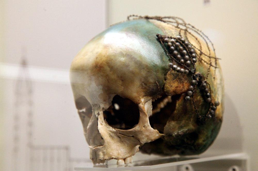 Verzierter Totenkopf im neuen archäologischen Museum von Héviz